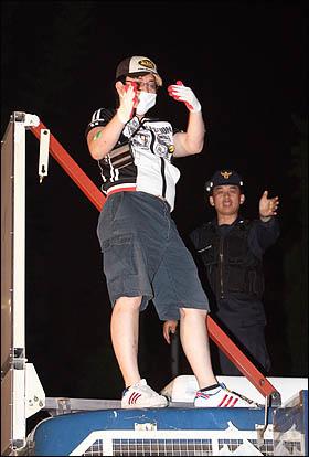 7일 밤 서울 안국동에서 청와대로 향하던 촛불행렬이 전경차에 가로막혀 차량지붕에 올라가자 경찰이 제지하고 있다.