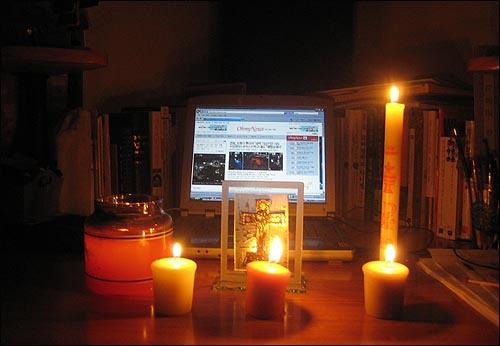 집에 있는 초들 모두모아 재택촛불집회라도!! 현재 미국 산호세에 살고 있습니다. 매일매일 오마이뉴스를 보며 촛불집회에 같이 참여하지 못해 발만 동동 구르고 있습니다... 그래도 마음은 항상 집회현장에 있답니다. 여러분 힘내세요! 그리고 감사합니다! 촛불집회 참가자 분들의 수고가 곧 결실을 맺게 되리라고 믿습니다!