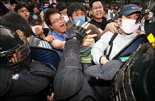 청와대 진입로인 서울 세종로 사거리에서 밤샘 농성을 벌인 시위대를 8일 새벽 경찰이 인도로 밀어내며 강제해산시키고 있다.
