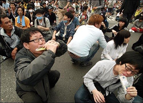미국산쇠고기 수입 전면개방 반대 72시간 릴레이 농성 나흘째인 8일 새벽 서울 세종로네거리에서 밤을 새워 격렬한 시위가 벌어진 가운데 전국 각지의 한의사들이 보낸 보약을 시위에 참가한 시민들이 먹고 있다.