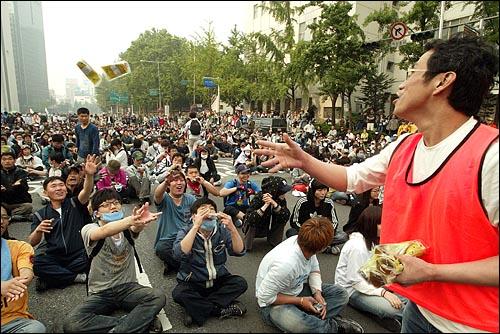 미국산쇠고기 수입 전면개방 반대 72시간 릴레이 농성 나흘째인 8일 새벽 서울 세종로네거리에서 밤을 새워 격렬한 시위가 벌어진 가운데 전국 각지의 한의사들이 보낸 보약이 시위 참가자들에게 나눠지고 있다.