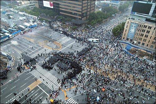 미국산쇠고기 수입 전면개방 반대 72시간 릴레이 농성 나흘째인 8일 새벽 서울 세종로네거리에서 밤을 새워 격렬한 시위가 벌어진 가운데 경찰이 시민들을 강제해산시키기 위해 작전에 나서고 있다.