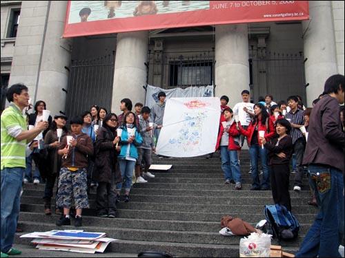 마지막으로 광야에서를 부르며 집회를 정리하는 참가자들