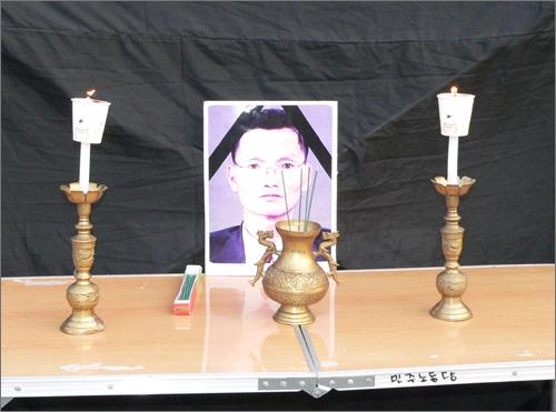 이날 촛불문화제에서는 고 이병렬씨에 대한 추모 묵념과 함께 시작됐으며, 행사장 한 켠에는 분향소가 마련되기도 했다.