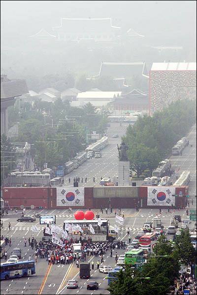 6.10 항쟁 기념일인 10일 서울 세종로 광화문 일대에서 미국산 쇠고기 수입을 반대하는 대규모 촛불 집회가 예고되어있는 가운데, 경찰이 청와대로 통하는 세종로 사거리를 컨테이너 박스로 원천봉쇄하고 있다.