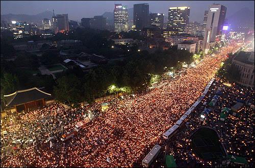 6.10 항쟁 기념일인 10일 서울 세종로 광화문 일대에서 미국산 쇠고기 수입에 반대하는 학생과 시민들이 전면 재협상을 촉구하며 촛불을 밝히고 있다.