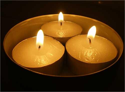 <재택촛불> 프랑스 파리에서 촛불 세개 보탭니다. 건강하고 행복한 일상을 위해 힘차게 촛불을 밝히신 여러분들과 함께 하지 못한 죄스러운 마음을 이렇게나마 보냅니다.  여러분들이 자랑스럽습니다.