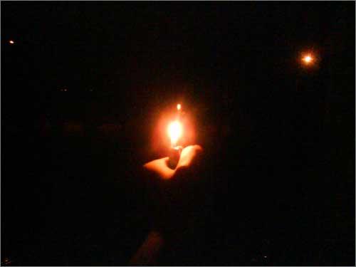 호주에서 빛나는 촛불하나 호주 멜번 외곽에 살고 있는 교포입니다. 바다 건너 조국의 촛불집회에 참여하고 싶은 마음을 이 불(라이타입니다. 죄송. 양초 구하기가 의외로 어렵네요) 하나로 대신하고자 합니다. 여러분들 힘내십쇼! 으쌰으쌰!!