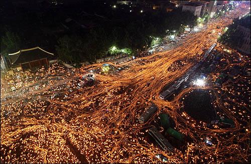 6.10 항쟁 기념일인 10일 서울 세종로 광화문 일대에서 미국산 쇠고기 수입에 반대하는 학생과 시민들이 전면 재협상을 촉구하며 촛불 행진을 하고 있다.