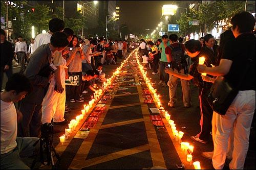 미국산쇠고기 수입 전면 재협상 촉구 및 국민무시 이명박 정권 심판 100만 촛불대행진이 10일 저녁 서울 세종로네거리, 태평로, 청계광장을 수십만명의 시민들이 가득 채운 가운데 열렸다. 집회에 참석한 시민들이 도로 중앙선에 수천개의 촛불을 길게 줄지어 놓아두고 있다.