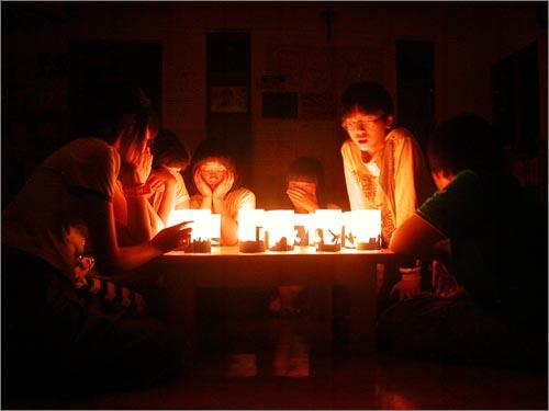 아이들과함께밝힌촛불 인천의가난한동네작은공부방입니다. 초등부 아이들이 낮에 촛불을 만들고 밤에 중등부 아이들과 함께 불을 밝혔습니다. 거리에 나가지 못한 아이들의 마음을 촛불에 실어 보냅니다.