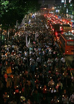 10일 밤 서울 시청 앞과 광화문 일대에서 열린 '국민무시 이명박 정권 심판 100만 촛불대행진'에서 세종로 사거리를 출발한 시위대가 서대문 사거리를 거쳐 사직터널 방향으로 향하고 있다.