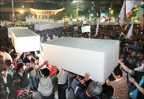 미국산 쇠고기 수입 전면 개방을 반대하는 학생과 시민들이 11일 새벽 서울 세종로 사거리 컨테이너 박스 앞에서 자유발언을 하기 위한 단을 쌓기 위해 스티로폼을 옮기고 있다.