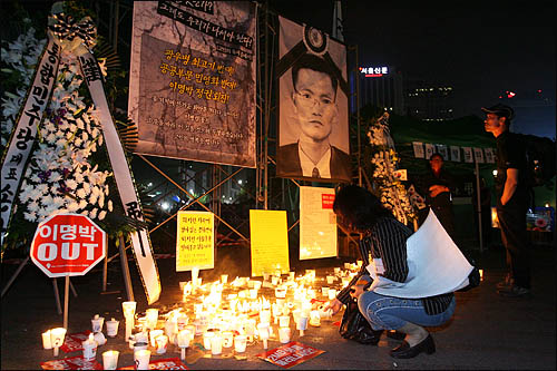 6.10 항쟁 기념일인 10일 미국산 쇠고기 수입 반대 집회에 참가한 시민들이 서울시청 앞 광장에 마련된 고 이병렬씨 분향소를 찾아 추모하고 있다.
