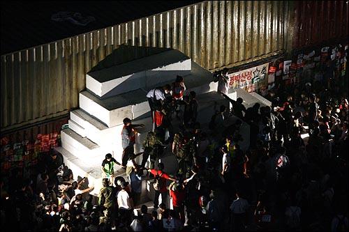 미국산쇠고기 수입 전면 재협상 촉구 및 국민무시 이명박 정권 심판 100만 촛불대행진에 참석했던 시민들 중 일부가 11일 새벽 서울 세종로네거리를 막고 있는 경찰 컨테이너 바리케이트앞에 스티로폼을 쌓아 놓았다.