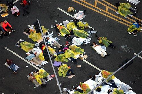 미국산쇠고기 수입 전면 재협상 촉구 및 국민무시 이명박 정권 심판 100만 촛불대행진에 참석했던 시민, 학생들이 11일 새벽 서울 세종로네거리에서 노숙을 하고 있다.
