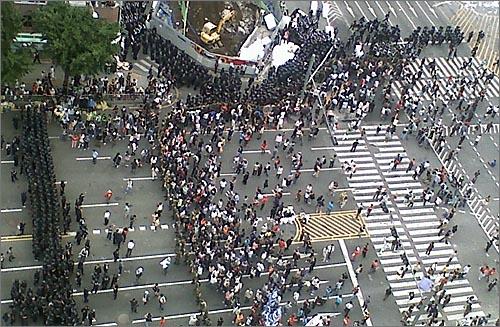 11일 아침 6시경 진압에 나선 경찰에 둘러싸인 촛불집회 참가자들