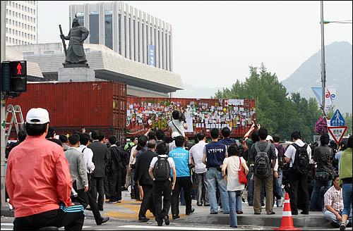 경찰이 촛불시위대의 청와대 방향 진입을 막기 위해 설치한 컨테이너 바리케이트를 11일 아침 철거하고 있다.
