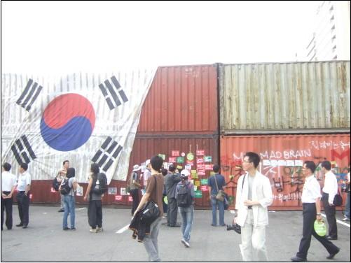 10일 오후에 촬영한 '명박산성'의 일부