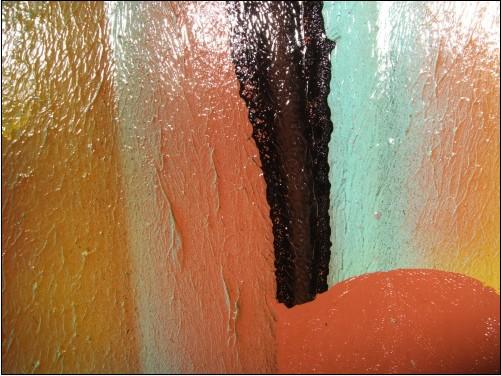 명박산성 성벽에는 빈틈없이 그리스 칠이 돼 있다.