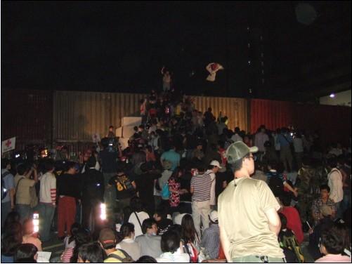 11일 새벽녘, '명박산성' 등정을 시도하는 일부 시위참가자들의 모습, 이를 말리는 시위참가자들은 '비폭력'을 외쳤다.