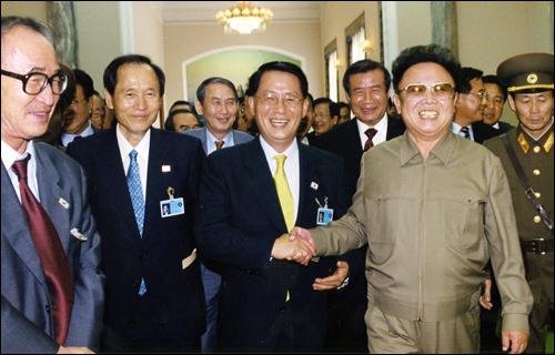 대북특사의 파안대소 6.15 당시 박지원 문광부장관은 특유의 친화력으로 김정일 위원장의 신임을 받았다(그의 옆은 박재규 통일부장관과 고은 시인).