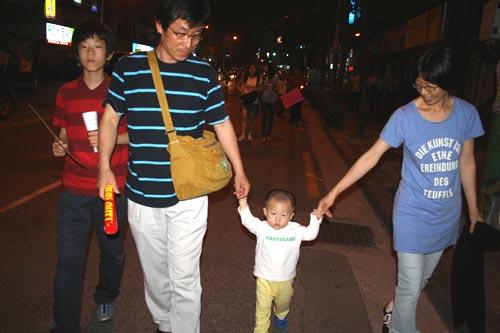 희망 6.10 촛불항쟁 참여하여 18개월 아이와 손을 잡고 행진하는 가족들