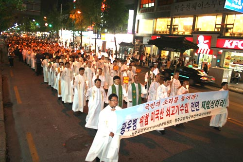 촛불시위 시국미사를 마치고 촛불행진을 하고 있는 정의구현 사제단