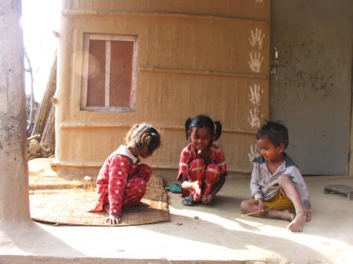 인도 아이들 놀이 2 꼬마 셋이 공기놀이를 즐깁니다.