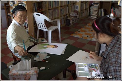 그림그리기 놀이 여든여섯 할머니는 그림그리기가 당신 일이자 놀이입니다. 어릴 적부터 즐겨 온 이 놀이이자 일은, 어느덧 일흔 해 가까이, 또는 일흔 해 남짓 이어온 셈입니다.