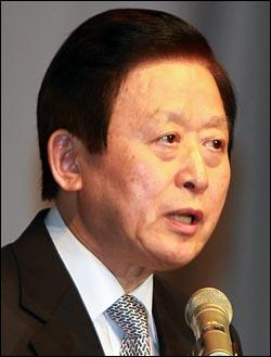 김하중 통일부장관이 12일 오후 서울 여의도 63빌딩 국제회의장에서 열린 '6.15남북공동선언 8주년 기념행사'에 참석해 인사말을 하고 있다.