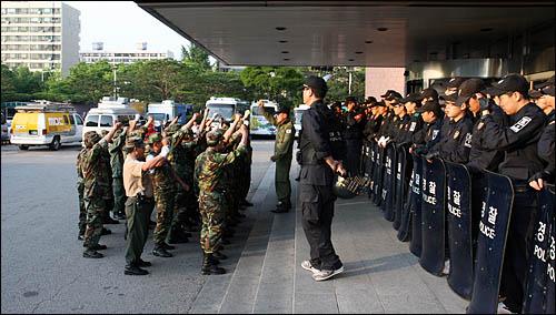 MBC서울 본사에 난입한 고엽제 전우회 회원들이 본사입구에서 구호를 외치고 있다.