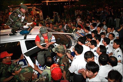 13일 저녁 고엽제전우회 회원들이 LPG가스통을 묶은 승합차를 앞세우고 간간히 가스를 틀어대며 여의도 KBS본사 진입을 시도하고 있다.