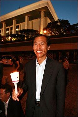 MBC 사장을 지낸 최문순 통합민주당 의원 13일 저녁 여의도 KBS앞에서 이명박 정권 공영방송 장악음모 저지를 위한 촛불집회에 참석하고 있다.