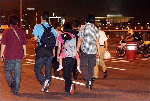 13일 밤 서울광장 촛불문화제에 참여했던 시민들이 '공영방송 KBS 지키기' 촛불집회에 합류하기 위해 마포대교를 건너 여의도로 향하고 있다. 촛불행렬 오른쪽으로 국회 본관 건물이 보인다.