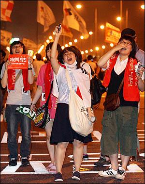 13일 밤 서울광장 촛불문화제에 참여했던 고등학생들이 '공영방송 KBS 지키기' 촛불집회에 합류하기 위해 마포대교를 건너 여의도로 향하고 있다.