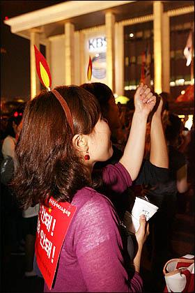 13일 밤 서울광장 촛불문화제에 참여했던 시민들이 마포대교를 건너 여의도 KBS 본관 앞으로 이동, '공영방송 KBS 지키기' 촛불집회에 합류하고 있다.