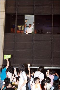13일 저녁 이명박 정권의 공영방송 장악 움직임에 맞서 '공영방송 사수'를 주장하는 시민들이 여의도 KBS 본사를 에워싸고 촛불시위를 벌이자, 건물안에 있던 직원들이 창가에 촛불을 밝히며 손을 흔들고 있다.