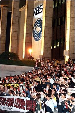 13일 저녁 이명박 정권의 공영방송 장악 움직임에 맞서 '공영방송 사수'를 주장하는 시민들이 여의도 KBS 본사를 에워싸고 촛불시위를 벌이고 있다.