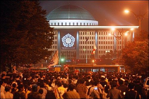 13일 저녁 이명박 정권의 공영방송 장악 움직임에 맞서 '공영방송 사수'를 주장하는 시민들이 여의도 KBS 본사앞에서 촛불집회를 마친 뒤 한나라당사로 가기 위해 국회앞을 지나고 있다.