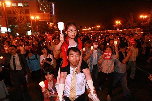 13일 저녁 서울 세종로네거리에서 미국산 쇠고기 수입을 반대하는 촛불문화제를 마친 시민들이 마포대교를 건너 KBS, 한나라당사, MBC까지 행진을 벌였다.