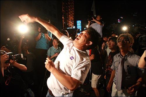 13일 저녁 서울 세종로네거리에서 미국산 쇠고기 수입을 반대하는 촛불문화제를 마친 시민들이 마포대교를 건너 한나라당사까지 행진을 벌인 뒤 수십개의 달걀을 당사건물에 던지고 있다.