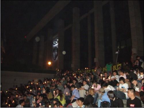 늦은 시간까지 KBS를 '지키고 있는' 시위참가자들