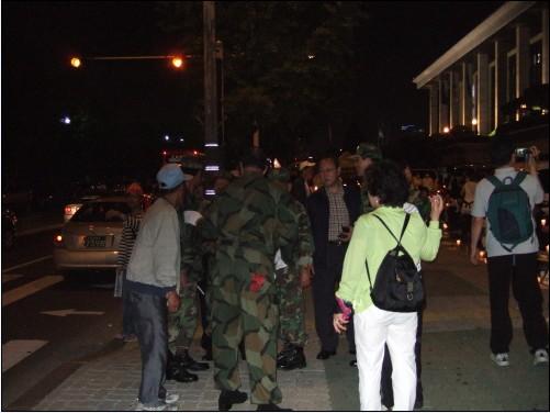 13일 밤 9시 경, 일부 모습을 노출시킨 고엽제전우회 회원들이다. 이들은 곧 사라졌다.