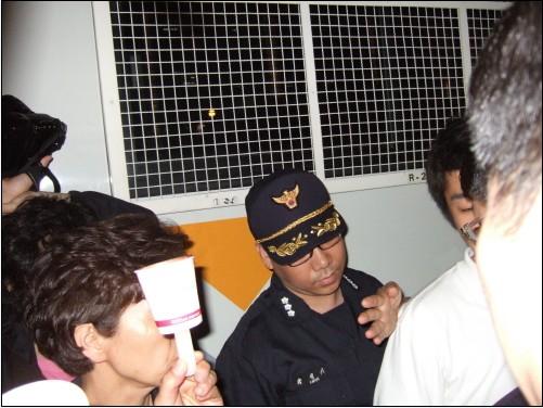 """뜬금없이 전경버스와 전경병력이 찾아오자, 민변 소속 변호사가 """"무슨 근거로 병력을 출동시켰느냐""""고 강하게 항의했다. 기자들과 시위참가자들까지 몰려오자 경찰병력은 슬그머니 철수했다."""