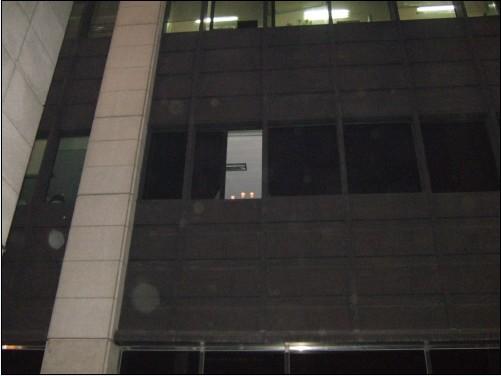 이 창문이 열리면서 몇몇 직원들이 시위참가자들을 향해 손을 흔들면서 촛불을 보여줬다. 근처를 지나가던 일부 차량도 경적 소리로써 시위참가자들의 목소리에 힘을 보탰다.