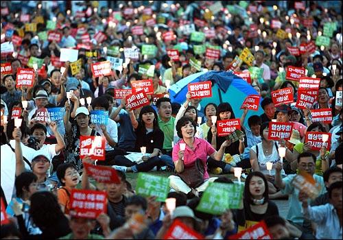 15일 저녁 서울시청앞 광장에서 열린 미국산쇠고기 수입 전면 재협상 촉구 및 이명박 정부 심판 39차 촛불문화제에서 시민, 학생들이 함성을 외치고 있다.