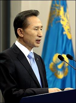 이명박 대통령이 19일 오후 청와대  춘추관에서 '쇠고기 파동'과 관련한 특별기자회견을 하고 있다.