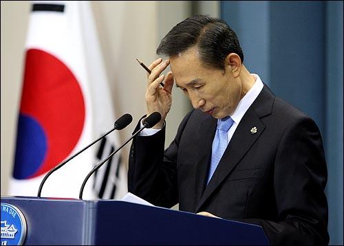답변자료 보는 이 대통령 이명박 대통령이 19일 오후 청와대  춘추관에서 '쇠고기 파동'과 관련한 특별기자회견을 하며 답변자료를 보고 있다.