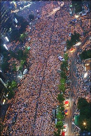 2008년 6월 10일 촛불집회 6.10항쟁 21주년 기념 촛불집회에 운집한 70만 대중